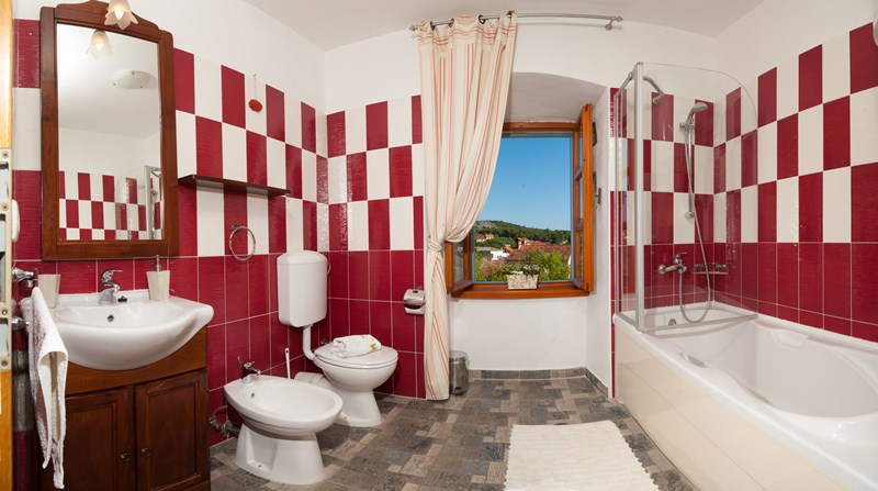Bathroom with bath | Villa Vicina with a pool