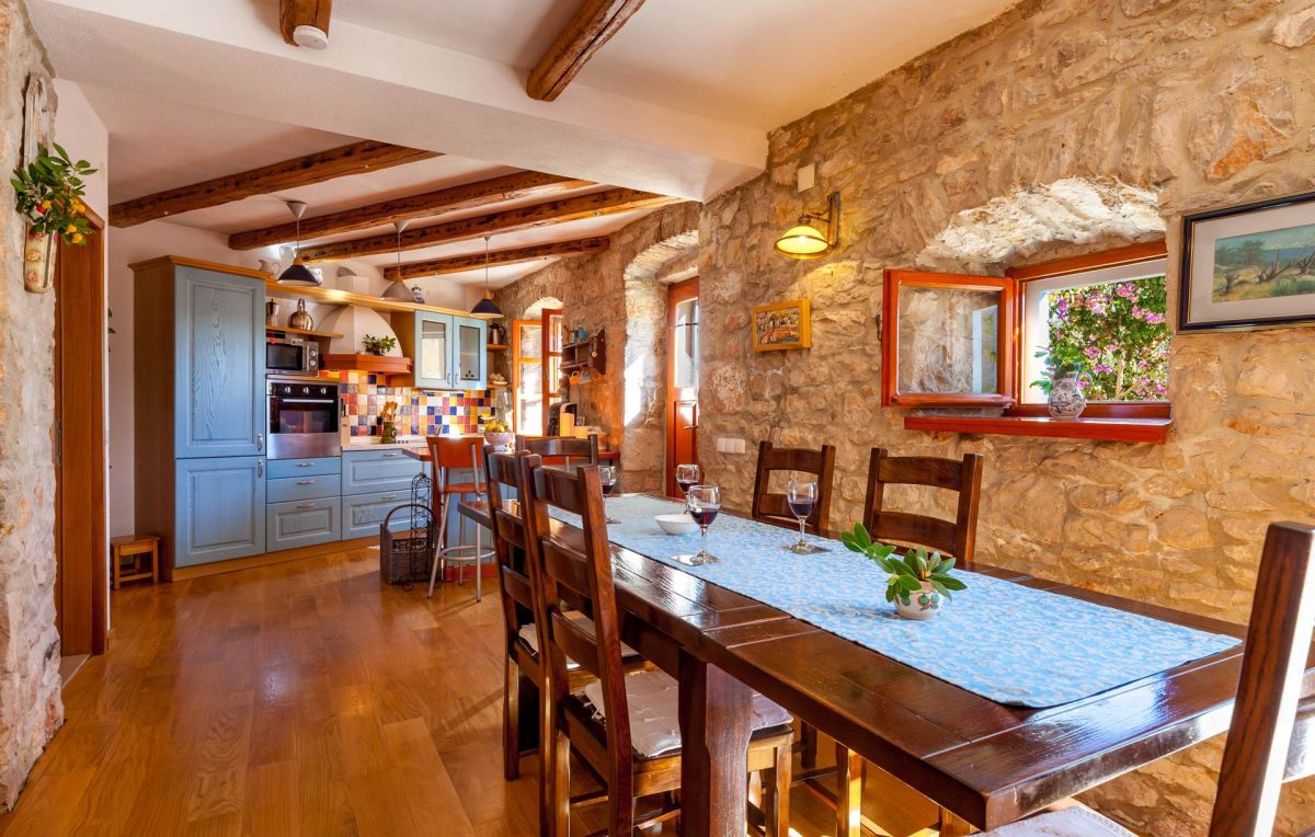 Kitchen and dining table in the Villa Vicina